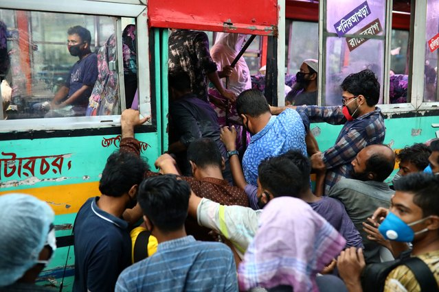 People huddle to get on a bus after the government has eased restrictions on public transport amid concerns over the coronavirus disease (COVID-19) outbreak in Dhaka, Bangladesh, June 4, 2020. (Photo by Mohammad Ponir Hossain/Reuters)