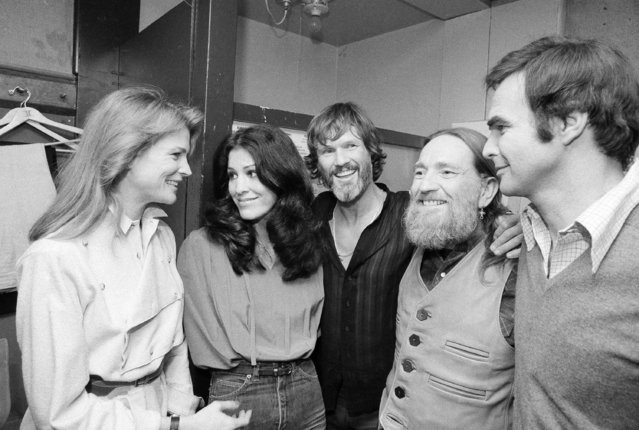 From left to right: actress Candice Bergen, singer Rita Coolidge, singer/songwriter Kris Kristofferson, country singer Willie Nelson, and actor Burt Reynolds are seen backstage at New York's Bottom Line after Coolidge and Kristofferson's opening night, January 4, 1979. (Photo by Richard Drew/AP Photo)