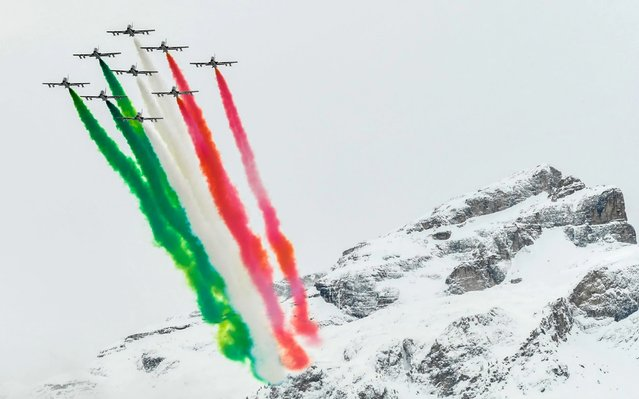 The Italian Air Force aerobatic unit Frecce Tricolori (Tricolor Arrows) performs within the Men's Giant Slalom of the FIS Alpine World Cup on December 22, 2019 in Alta Badia, Dolomites. (Photo by Alberto Pizzoli/AFP Photo)