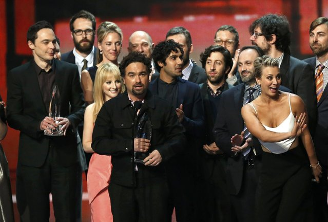 "Cast member Johnny Galecki of ""The Big Bang Theory"" accepts the award for favorite TV show as cast and crew join him on stage during the 2015 People's Choice Awards in Los Angeles, California January 7, 2015. (Photo by Mario Anzuoni/Reuters)"