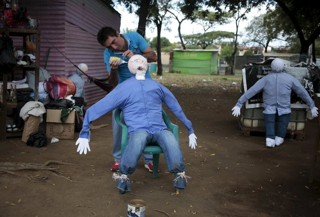 A man  puts the finishing touches to handmade puppet in Managua, Nicaragua December 30, 2015. (Photo by Oswaldo Rivas/Reuters)