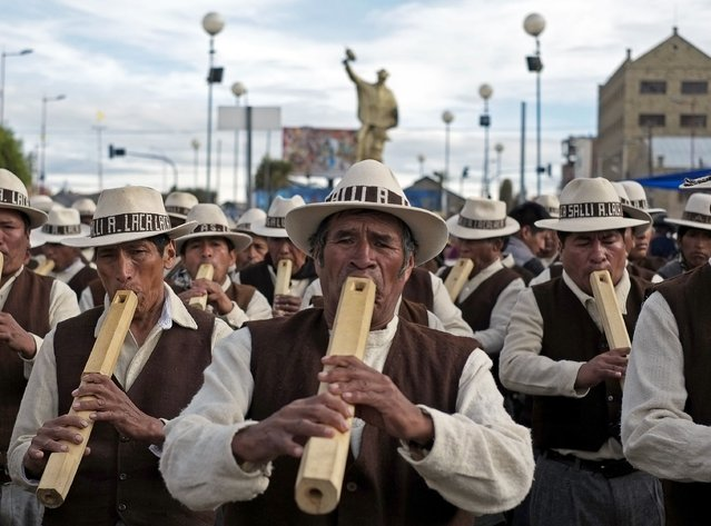 "Indigenous musicians from Curahuara de Carangas play their ""Tarkas"", a native instrument, during the Anata Andina (Andean carnival) parade in Oruro, February 12, 2015. (Photo by David Mercado/Reuters)"