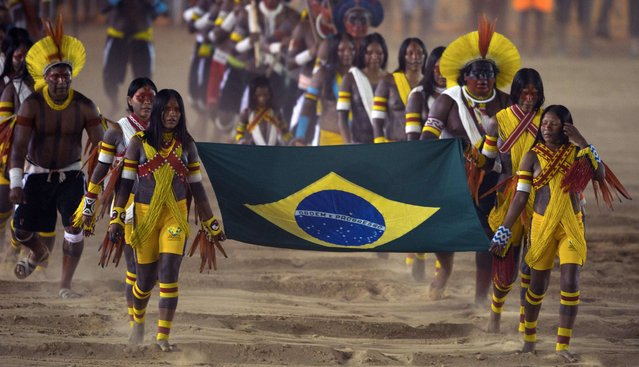 Brazilian natives parade during the opening ceremony of the International Games of Indigenous Peoples, in Cuiaba, state of Mato Grosso, on November 9, 2013. 48 Brazilian ethnic groups and indigenous representatives from 16 countries are taking part in the event which runs until November 16. (Photo by Christophe Simon/AFP Photo)