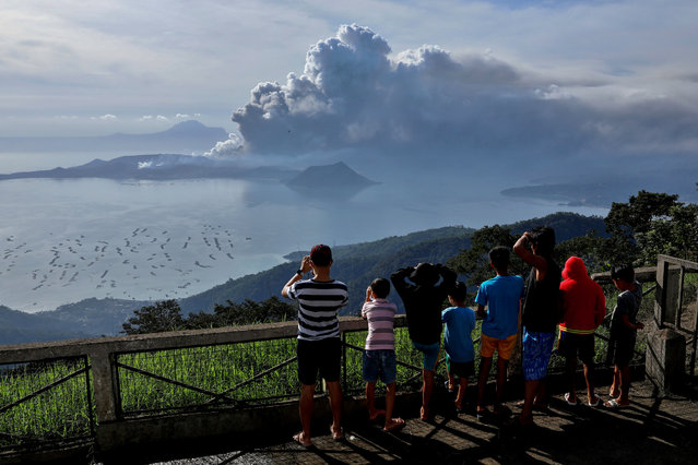 Residents look at the errupting Taal Volcano in Tagaytay City, Philippines, January 13, 2020. (Photo by Eloisa Lopez/Reuters)