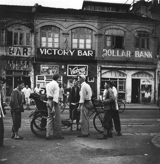 1949年4月,与黄包车夫讨价还价的外国海员。 (In April 1949, foreign seafarers to bargain with the rickshaw)
