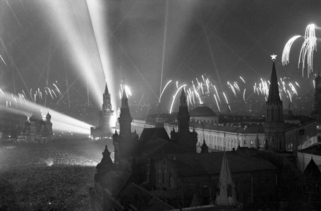 The view shows fireworks on Red Square in honour of the Victory of the USSR over Nazi Germany in the Second World War in Moscow, USSR on May 9, 1945. (Photo by Nikolai Sitnikov/TASS)