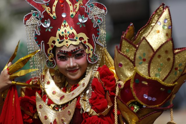 An Indonesian model wearing a colorful costume participates in a parade during the Batam Island International Culture Festival in Batam Island, Indonesia, 16 December 2017. (Photo by Hotli Simanjuntak/EPA/EFE)
