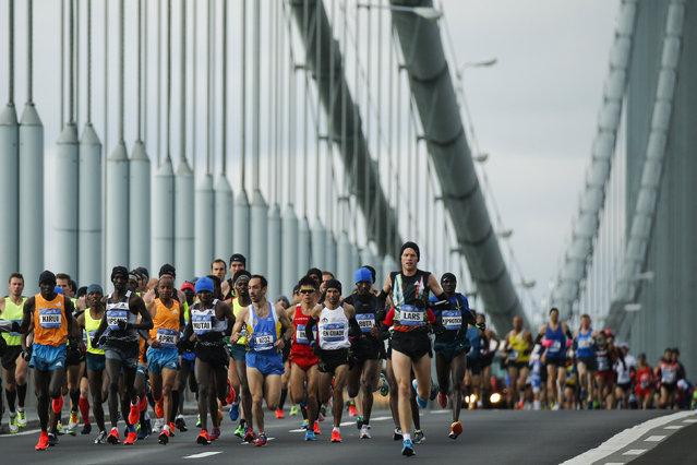Men's elite runners make their way across the Verrazano-Narrows Bridge, November 2, 2014. (Photo by Eduardo Munoz/Reuters)