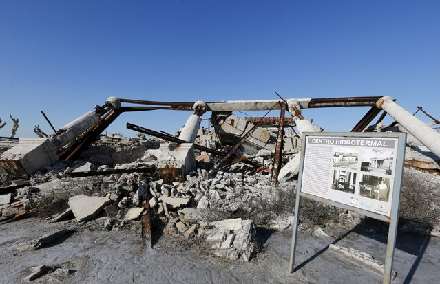 A picture taken in the 70s compares the place with the current state of a hydrothermal center in the onetime spa and resort town Epecuen, November 6, 2015. (Photo by Enrique Marcarian/Reuters)