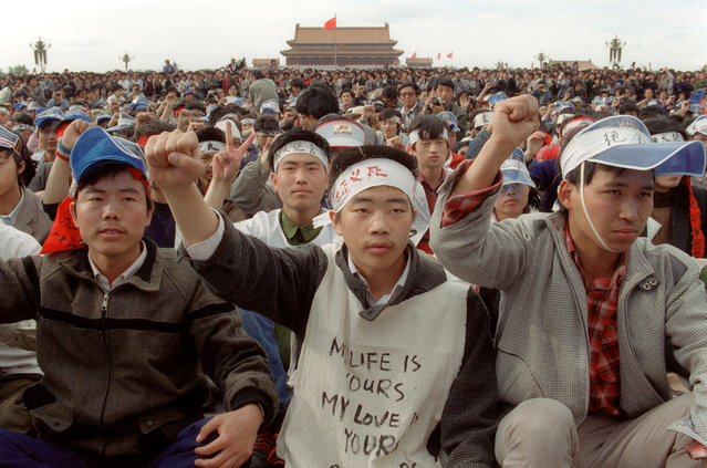 Students from Beijing University stage a huge demonstration in Tiananmen Square as they start an unlimited hunger strike as the part of mass pro-democracy protest against the Chinese government, on May 18, 1989. (Photo by Catherine Henriette/AFP Photo)