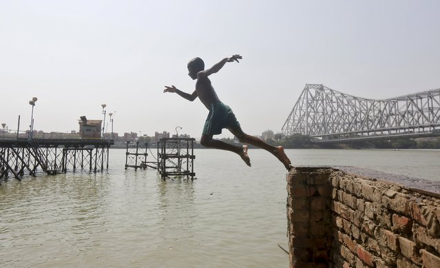 A boy jumps into the Ganges river to cool off on a hot summer day in Kolkata, India, April 19, 2016. (Photo by Rupak De Chowdhuri/Reuters)