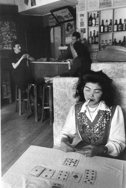 1949年4月,战争将临,酒吧生意清淡,白俄和华女招待无聊地打发时间。 (In April 1949, the war will be temporary, light bar business)
