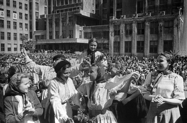 Local people celebrate the Victory of the USSR over Nazi Germany in Lenin Square in Minsk, Byelorussian SSR, USSR on May 9, 1945. (Photo by Emmanuil Yevzerikhin/TASS)