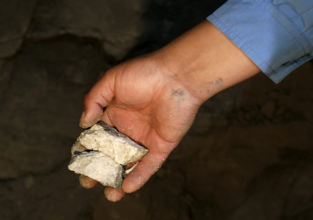 "A mine worker holds a combination of gold, bronze and quartz at ""The Progreso"" gold mine near La Paz, November 13, 2014. (Photo by David Mercado/Reuters)"