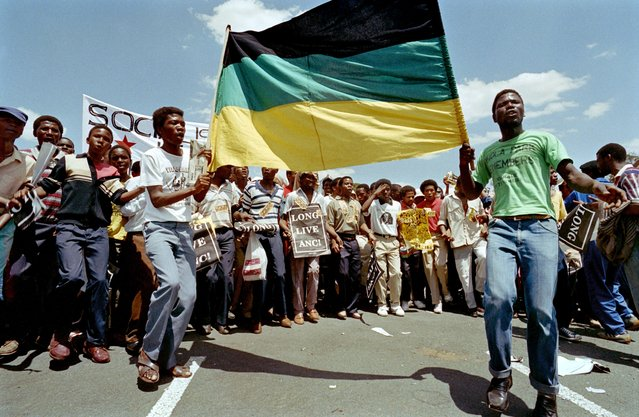 Demonstrators hold a protest march through downtown Johannesburg on October 14, 1989 against the labour relations act and to support the imminent release of African National Congress (ANC) political prisoners. (Photo by Trevor Samson/AFP Photo)