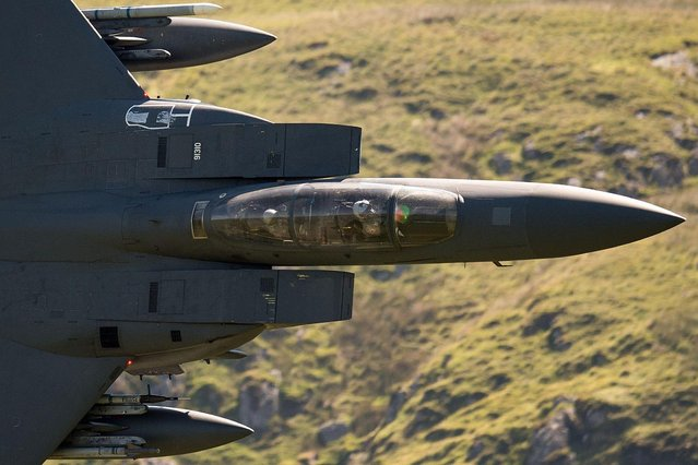 "A United States Air Force (USAF) F-15 fighter jet travels at low altitude through the ""Mach Loop"" series of valleys near Dolgellau, north Wales on June 26, 2018. (Photo by Oli Scarff/AFP Photo)"