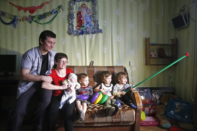 Russian activist Svetlana Davydova (2nd R), her husband Anatoly Gorlov (L) and children Spartak (2nd R), Kassandra (3rd L), Eduard (R) and Artur pose for a picture in Vyazma, February 4, 2015. Russia has conditionally released an activist accused of high treason for phoning the Ukrainian embassy in Moscow to warn that Russian soldiers might be heading to eastern Ukraine, her husband said on February 3. (Photo by Maxim Zmeyev/Reuters)