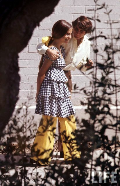 Beverly Hills High School student Erica Farber, wearing a checkered and tiered outfit, walks with a boy, 1969. (Photo by Arthur Schatz/Time & Life Pictures/Getty Images)