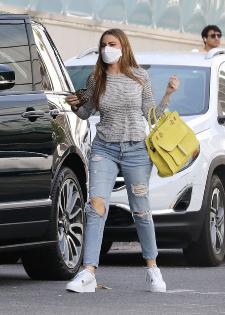 Colombian-American actress Sofia Vergara feeds her parking meter as she arrives to conduct business at her office in Beverly Hills, CA. on September 28, 2021. (Photo by Backgrid USA)