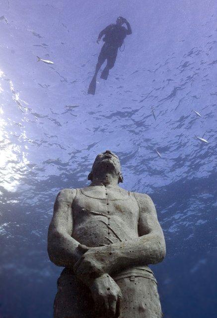"""Man on fire"". Underwater Sculpture, Museo Subacuático de Arte, Cancun. (Photo by Jason deCaires Taylor/UnderwaterSculpture)"