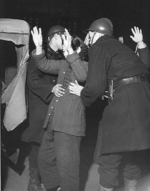 1948年2月,警察搜查罢工的纺织厂女工。 (February 1948, police searched the strike of the textile mill workers)