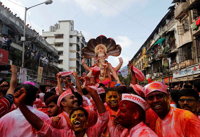 Devotees dance as they carry the idol of Hindu god Ganesh, the deity of prosperity, during a procession on the last day of the Ganesh Chaturthi festival, before immersing the idol into the Arabian sea, in Mumbai, India September 5, 2017. (Photo by Shailesh Andrade/Reuters)