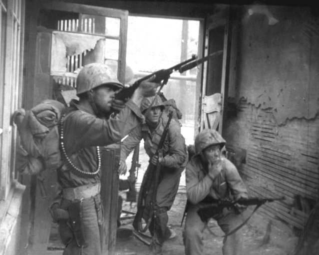United Nations troops fighting in the streets of Seoul, Korea. September 20, 1950. (Photo by Lt. Robert L. Strickland and Cpl. John Romanowski)