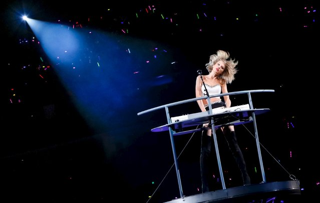 "Taylor Swift performs during the Shanghai leg of her ""1989"" concert in Shanghai, November 10, 2015. Picture taken November 10, 2015. (Photo by Reuters/Stringer)"