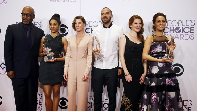 "The cast of the ABC drama series ""Grey's Anatomy"" poses with their award for Favorite Network TV Drama during the 2015 People's Choice Awards in Los Angeles, California January 7, 2015. (Photo by Danny Moloshok/Reuters)"