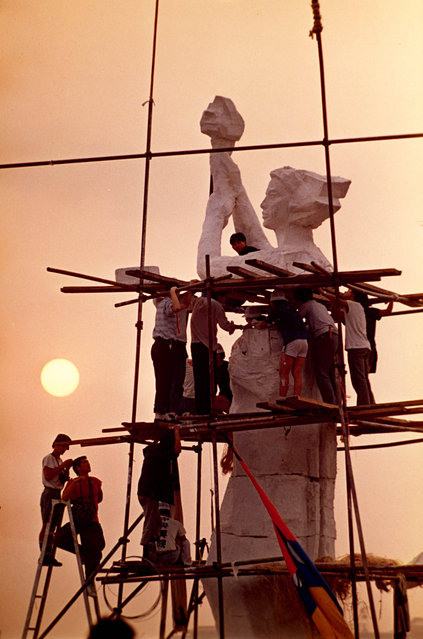 "Art students put finishing touches on their ""Goddess of Democracy"" statue, Tiananmen Square, Beijing, China. 1989. (Photo by Jeff Widener/Associated Press)"