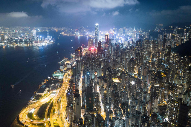 This aerial photo taken on October 21, 2018 shows a general view of Hong Kong at night. (Photo by Dale De La Rey/AFP Photo)