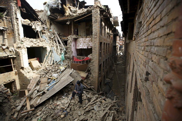 People search for family members trapped inside collapsed houses a day after an earthquake in Bhaktapur, Nepal April 26, 2015. (Photo by Navesh Chitrakar/Reuters)