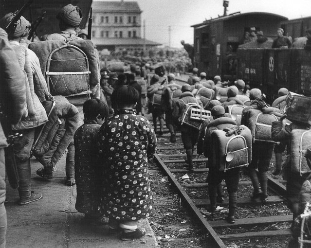 1948年11月,南京,一国军部队沿着铁路向上海进发。 (In November 1948, Nanjing, a national army troops along the railway moving to Shanghai)
