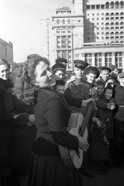 Local people celebrate the Victory of the USSR over Nazi Germany in the Second World War in Manezhnaya Square in Moscow, USSR on May 9, 1945. (Photo by Nikolai Sitnikov/TASS)