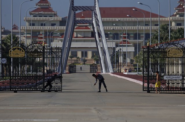 A police officer stands in front of the parliament in Naypyitaw November 14, 2015. The party of democracy champion Suu Kyi has won a majority in Myanmar's parliament, the election commission said on Friday, giving it enough seats to elect the new president. REUTERS/Soe Zeya Tun