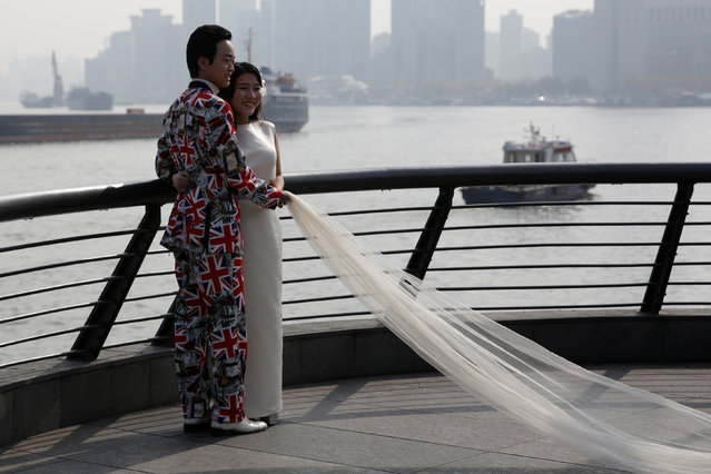 A couple prepares their wedding photo session in Shanghai, China December 5, 2016. (Photo by Aly Song/Reuters)