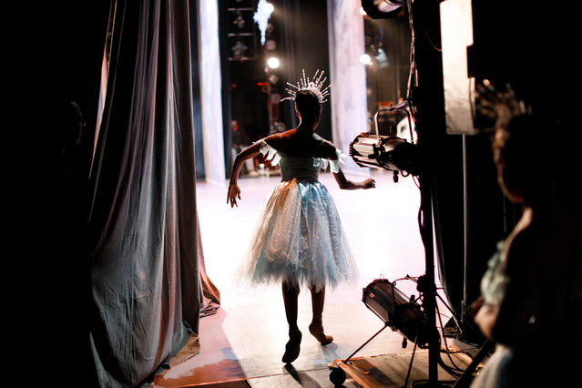 A Ballet dancer prepares backstage during the final dress rehearsal for the famous Nutcracker ballet by Pyotr Tchaikovsky at the Joburg Ballet, Johannesburg, South Africa, 04 October 2018. The premiere of Nutcracker is scheduled for 05 October and the show will run for two weeks. (Photo by Kim Ludbrook/EPA/EFE)