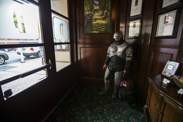 A cosplay enthusiast wearing a Robocop costume waits in a restaurant during the 2015 Comic-Con International Convention in San Diego, California July 9, 2015. (Photo by Mario Anzuoni/Reuters)