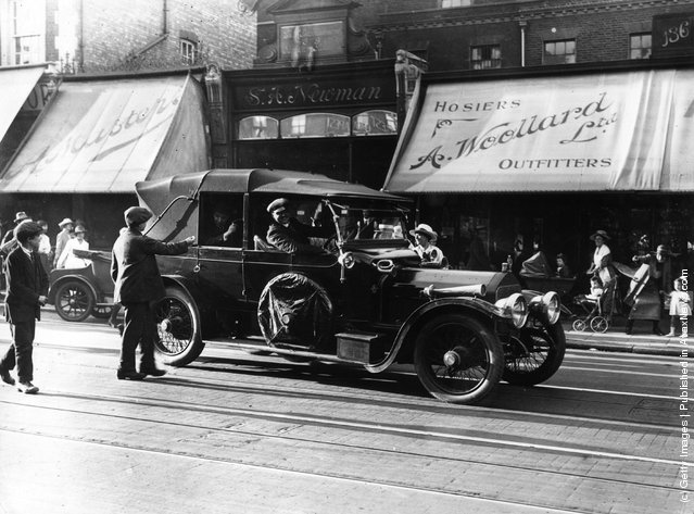 1921: British-born comic actor and director Charles Spencer Chaplin (1889 - 1977), driving through a London street