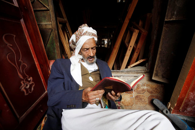 A man reads the Koran at his shop during the Muslim holy fasting month of Ramadan in Sanaa, Yemen June 24, 2016. (Photo by Mohamed al-Sayaghi/Reuters)