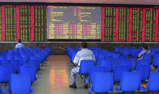 Investors look at an electronic board showing stock information at a brokerage house in Shanghai, August 25, 2015. China's major stock indexes sank more than 6 percent in early trade on Tuesday, after a catastrophic Monday that saw Chinese exchanges suffer their biggest losses since the global financial crisis, destabilizing financial markets around the world. (Photo by Aly Song/Reuters)