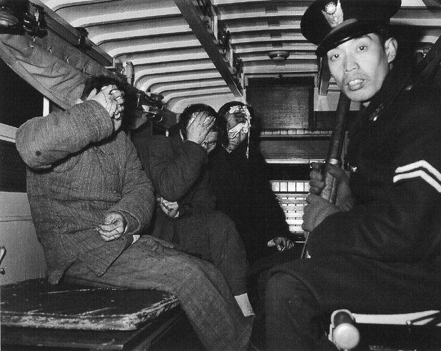 1948年2月,警察看守在罢工暴乱中流血的工人。 (February 1948, the police guard in the strike riots, bloodshed workers)