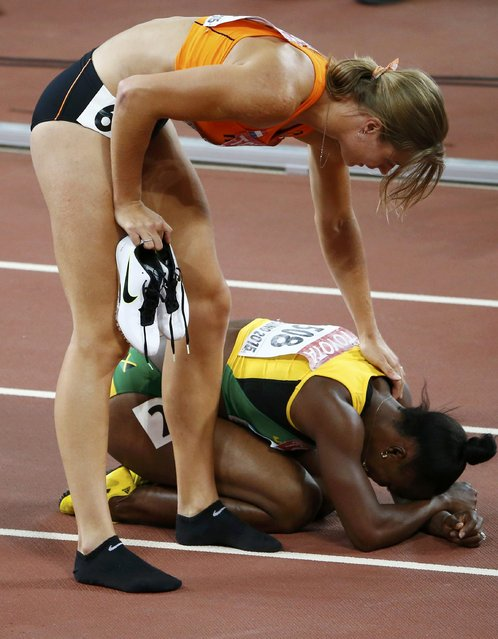 First placed Dafne Schippers of the Netherland (L) comforts Veronica Campbell-Brown of Jamaica after their women's 200m final during the 15th IAAF World Championships at the National Stadium in Beijing, China, August 28, 2015. (Photo by David Gray/Reuters)