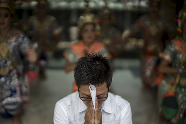 A man prays at the Erawan shrine, the site of recent deadly blast, in central Bangkok, Thailand, September 3, 2015. Police claimed significant progress on Wednesday towards finding the mastermind of Thailand's deadliest attack after an arrested man admitted being near the August 17 shrine blast and fingerprints tied him to the room of a suspected bomber. (Photo by Athit Perawongmetha/Reuters)