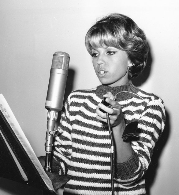 """Nancy Sinatra, 20-year-old daughter of Frank Sinatra Sr., sings """"Sugar Time"""" at a Hollywood, Ca., recording studio on October 11, 1961.  Sinatra is making her first record as a singer. (Photo by AP Photo)"""