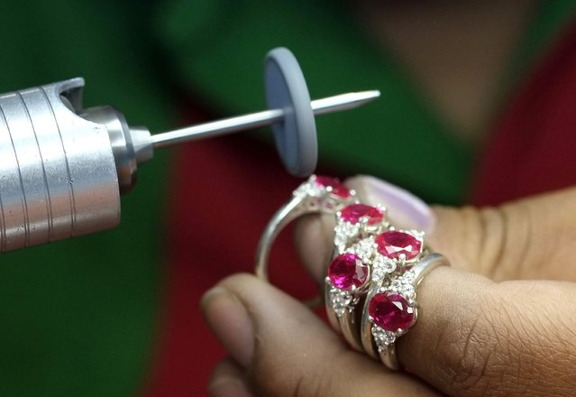 An employee of the jewelry manufacturer Exportaciones Bolivianas polishes gold jewelry in La Paz, November 14, 2014. (Photo by David Mercado/Reuters)