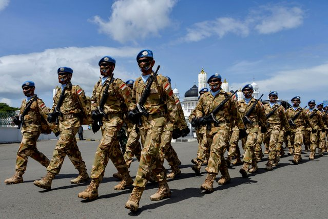 Indonesian soldiers, some 177 personnel who served in the UN's MINUSCA mission (United Nations Multidimensional Integrated Stabilization Mission in the Central African Republic), march during a parade in Banda Aceh on October 16, 2020 following their return to their home country. (Photo by Chaideer Mahyuddin/AFP Photo)