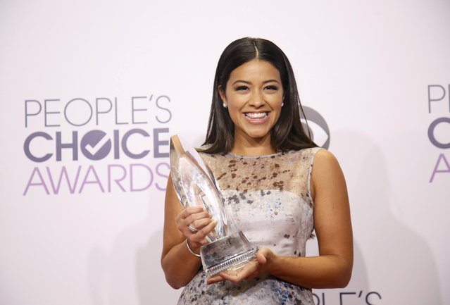 "Actress Gina Rodriguez poses backstage with the award for Favorite New TV Comedy for The CW's ""Jane the Virgin"" during the 2015 People's Choice Awards in Los Angeles, California January 7, 2015. (Photo by Danny Moloshok/Reuters)"