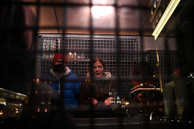Detained people are seen inside a police vehicle in downtown Moscow on February 2, 2021. A Moscow court on February 2 ordered the Kremlin's most prominent critic Alexei Navalny jailed for nearly three years, triggering an immediate call for protests and condemnation in the West. (Photo by Kirill Kudryavtsev/AFP Photo)