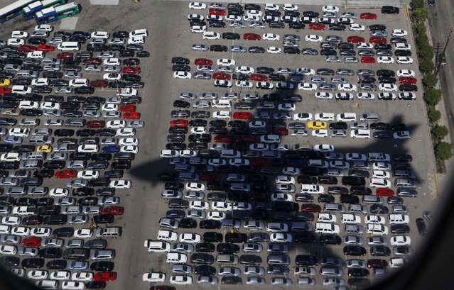 Air Force One casts a shadow over a parking lot as it prepares to land in Los Angeles carrying U.S. President Barack Obama as he begins a three day campaign swing to California and Ohio, in this October 7, 2012 file photo. (Photo by Larry Downing/Reuters)